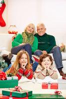 Kinder feiern Weihnachten bei den Großeltern