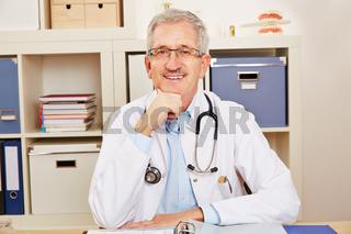 Arzt gibt Beratung im Büro