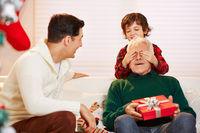 Enkel hält Opa die Augen zu an Weihnachten