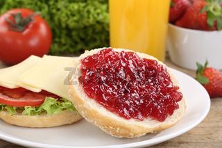 Gesundes Frühstück mit Brötchen, Marmelade und Orangensaft