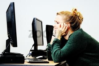 Hübsche blonde Studentin im Computerraum