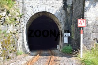 Zuggleise fuehren in einen Tunnel