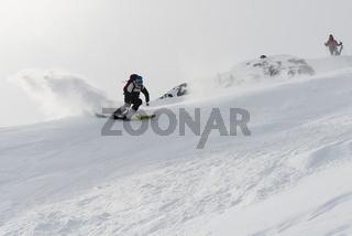 Abfahrt mit Ski vom Kavriktinden
