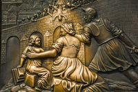 Bronze-Relief, Heiliger Nepomuk beim Brückensturz, Handauflegen auf das Relief im Pfeiler soll Glück bringen, Karlsbrücke, Prag, Böhmen, Tschechien, Europa