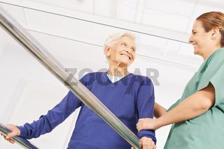 Alte Frau bei Physiotherapie auf dem Laufband