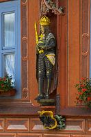 Holzskulptur eines deutschen Kaisers mit Krone