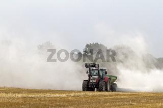 Traktor bei Kalkung eines Feldes, Deutschland, Europa