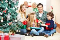 Familie macht Bescherung zu Weihnachten