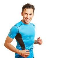 Lächelnder Mann in Sportkleidung beim Jogging
