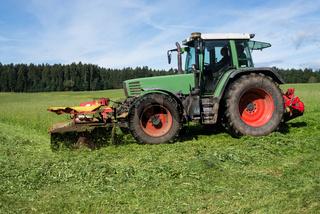 Traktor mäht Wiese