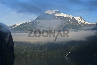 Der Gipfel Geitfjellet über dem Geirangerfjord