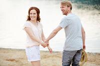 Paar im Sommer am Strand