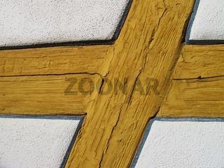 Holzfachwerk mit Rissen im Anstrich