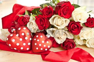 Weisse und rote Rosen als Geschenk