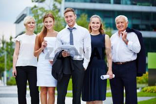 Erfolgreiches Business Team im Freien