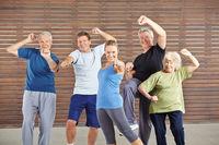 Aktive Senioren haben Kraft im Fitnesscenter