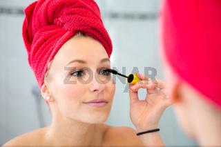 Eine Frau schminkt sich.