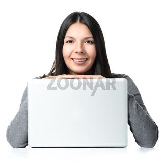 Lächelnde Frau mit Laptop Computer