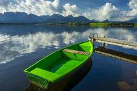 Grünes Ruderboot, Hopfensee, Hopfen am See, bei Füssen, Ostallgäu, Allgäu, Bayern, Deutschland, Europa