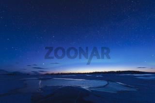 der gefrorene See Akkajaure in der Abenddaemmerung, Lappland