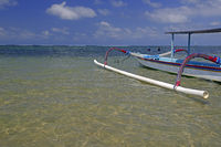 traditionelles Auslegerboot am Strand von Sanur , Bali, Indonesi