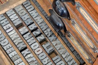 ein Schrank mit Druckbuchstaben