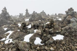 Steinmaennchen auf dem Berg Vierranvare, Kebnekaisefjaell, Lappland
