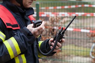 Feuerwehrmann mit Funkgerät