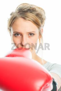 blondes mädchen mit boxhandschuhen