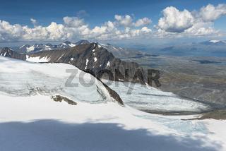 Blick ueber den Suottasjgletscher zu Suottasjtjahkka und dem Akkamassiv, Sarek Nationalapark, Welterbe Laponia, Lappland