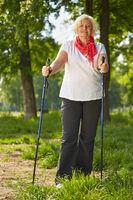 Ältere Frau macht Nordic Walking