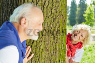 Paar Senioren spielt Verstecken im Park