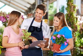 Verkäufer und Kunden in einem Gartencenter