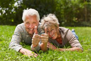 Zwei Senioren halten Daumen hoch