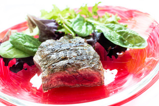 Gegrilltes Roastbeef und Blattsalate