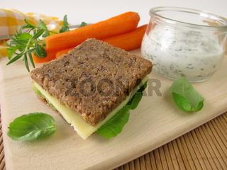 Vollkornbrot und Moehren mit Kraeuter-Joghurt