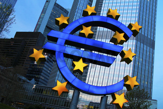 Frankfurt - Euro-Denkmal vor der EZB