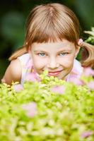 Mädchen beim Verstecken spielen im Garten