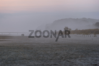 Insel Usedom - Strandspaziergaenger am Morgen
