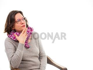 Frau blickt zweifelnd