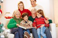 Großeltern lesen Enkeln Geschichten vor zu Weihnachten
