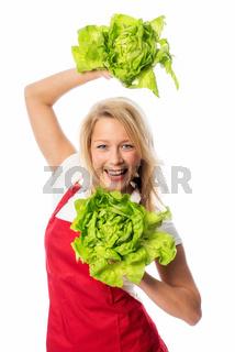 blonde frau präsentiert salatköpfe