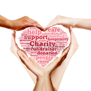 Hände bilden Herz für Charity