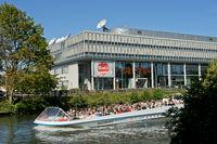 Ausflugsschiff am Sitz des deutsch-französischen Fernsehsenders ARTE