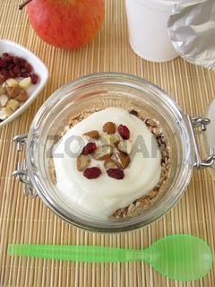 Schuettelmuesli mit Joghurt im Glas