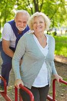 Zwei Senioren auf Trimm Dich Pfad im Sommer