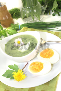 grüne Kräutersuppe mit Eiern