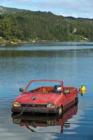Zu einem Boot umgearbeiteter Subaru Personenwagen auf einem See
