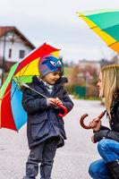 Mutter und Kind mit Regenschirm
