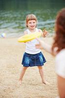 Mutter und Tochter spielen Frisbee